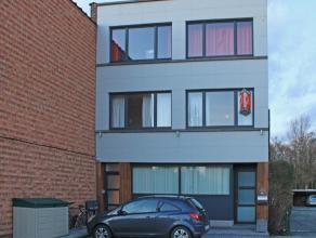 Prachtig gerenoveerd appartement te Erembodegem te huur. Het appartement bevindt zich op de 1ste verdieping en omvat een inkom, een gezellige leefruim