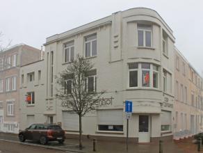 Deze robuuste eigendom mÃÂt uitstraling ( vroeger cafÃÂ), is gelegen in een rustige straat te Oostende. Mits wat aanpassinge
