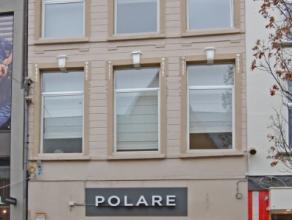 Gezellig appartement in het centrum van Aalst, vlakbij Grote Markt en station. Dit appartement op de 1e verdieping, omvat: een inkomhal, een mooie lee