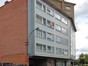 Zeer ruim en mooi appartement te huur aan de stadsrand van Aalst. Het appartement is gelegen op de 3de verdieping en omvat een inkom, zeer ruime livin