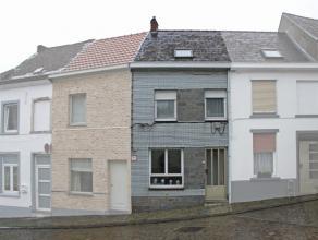 """Deze starterswoning woning is gelegen aan de voet van de """"muur"""" en op korte afstand van centrum en scholen. De woning omvat op het gelijkvloers een li"""