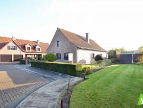 Ruime, rustig gelegen gezinswoning met garage, tuin en veranda net buiten het centrum van Eeklo. Samenstelling: gelijkvloers: inkomhal met gastentoile