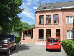 Half-open bebouwing te koop vlakbij het Universitair Ziekenhuis Antwerpen en op een minuut rijden van hetcentrum van Wilrijk. Woning bevindt zich deso