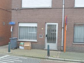 Deze kleine en gezellige woning is gelegen pal in het centrum van Herenthout. De woning is als volgt ingedeeld: via de inkomdeur komt men in de leefru