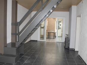 Deze centraal gelegen INSTAPKLARE rijwoning omvat een inkom, ruime leefruimte/veranda met aansluitend een gesloten keuken. Op het gelijkvloers bevindt