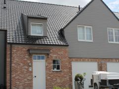 Deze recente woning (bouwjaar 2011) geniet een centrale ligging in een rustige straat op 202m². De woning (174m² bewoonbare oppervlakte) om