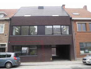 Appartement van 117 m² met 2 slaapkamers en terras in centrum Tielt! Centrale gang die toegang geeft tot alle vertrekken. Living met groot schuif