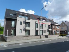 Ruim appartement met twee slaapkamers en staanplaats in centrum Tielt! Indeling: inkomhal met apart toilet, woonkamer met open, ingerichte keuken, ber
