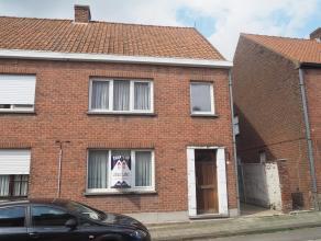 Instapklare half-open gezinswoning met 3 slaapkamers op 163 m² in centrum Wakken. Ligging: Op wandelafstand van centrum Wakken, in nabijheid van