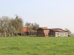 Te renoveren of nieuw te bouwen hoeve op +/- 5.000 m² nabij het centrum van Izegem.IndelingMomenteel staat er een woonhuis (te renoveren o