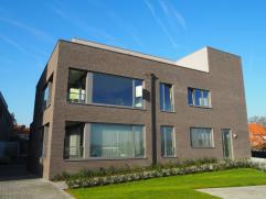 Nieuw tweeslaapkamer appartement met garage in centrum Tielt en mooi zicht op het sportpleinIndeling:Inkom met extra plaats voor een vestiaire kast. O