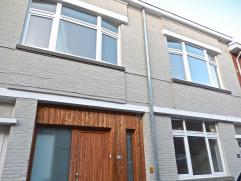 Te Gent, in de melkerijstraat, vinden we deze nieuw gerenoveerde huurwoning. De woning staat op een groot perceel en komt bijgevolg met een aangenaam