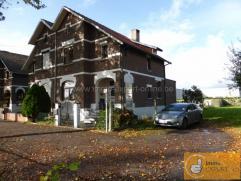 Laissez-vous séduire par cette maison 3-façades en style charmante, située le long d'une rue cul de sac avec seulement circulatio