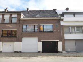 Tout près de la gare de Denderleeuw, le long d'une rue d'habitation bien accessible, vous trouverez cette maison avec entrepôt de pas moi