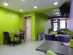 Bien commercial avec habitation sur un emplacement très favorable comprenant un hall dentrée, un living, une cuisine, une salle de bain,