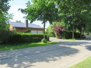 Deze rustig gelegen villa, zich bevindend op een uniek perceel van 806m², is ingeplant in een residentile omgeving nabij de dorpskern van Drongen