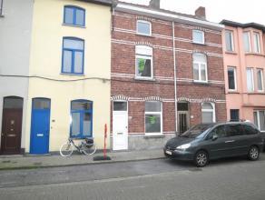 Deze gerenoveerde woning is uitstekend gelegen nabij het Edmond Van Beverenplein (zondagse markt + halte voor tram & bus met vlotte verbinding ove