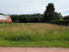 Zuid georiënteerde bouwgrond voor een halfopen bebouwing met een gevelbreedte van 12m. Totale breedte van de grond aan de straatkant is 15m. Op h