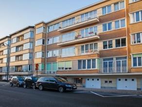 Spacieux appartement 2 ch. (+-91m²), luxueusement rénové, au 1ière étage, à Laeken. Spacieux hall d'entr&eacut