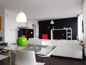 Aangenaam 1 slaapkamer appartement met zeer veel lichtinval op de 7e verdieping bestaande uit: inkomhall, living (32m) met open keuken (7m; vaatwas, f