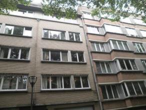 Appartement dans un immeuble avec ascenseur, comprenant: hall d'entrée, living + - 30m2, cuisine semi-équipée + - 14m2, toilette
