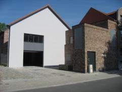 Volledig vernieuwd duplex appartement gelegen te Steenhuffel. Op de gelijkvloers is er een ruime woonkamer met toegang tot een terras, een eetkamer, e