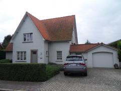 Prachtige woning met luxueuze afwerkingen. Bestaande uit een inkomhall met vestiaire en een aparte w.c., woonkamer met bureauhoek en eetkamer (+/- 86m