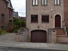 Deze mooie woning bevindt zich op een ideale locatie te Meise. De woning bestaat uit een inkomhal met vestiaire en apart toilet, ruime woonkamer met o
