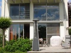 Instapklare gemeubelde woning gelegen in een rustige straat te Meise. De woning bestaat uit een inkomhal met vestiaire en w.c., living met kachel, sal