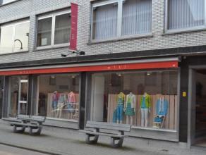 Commerciële ruimte in hetcentrum van Londerzeel bestaande uit een mooie winkelruimte (+/- 50 m²), veel opbergruimte (verschillende kam