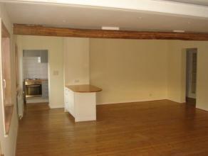 Gezellige duplex gelegen in het centrum van Meise. Op het eerste verdiep ruime woonkamer en eetkamer (46m) met een aparte keuken. Boven bevindt zich d