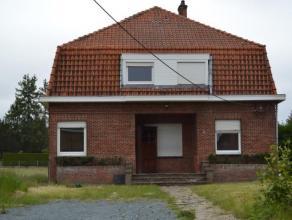 Woning met grote tuin bestaande uit een inkomhal, mooie living met laminaat, slaapkamer, eethoek, half-ingerichte keuken, badkamer met ligbad, twee gr