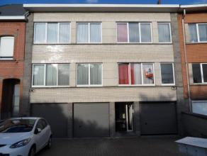 Appartement gelegen op de eerste verdieping van een klein gebouw. Bestaande uit een inkomhal met vestiaire en berging, living, eetkamer, keuken met ba