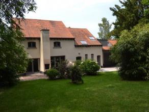 Zeer gezellige woning gelegen in een park van 80 ares. De woning bestaat uit een inkomhal met vestiairekast en apart toilet, ruime living met toegang
