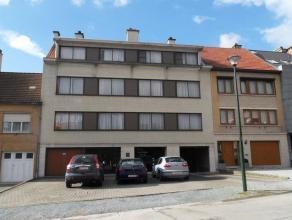 Mooi appartement gelegen op de gelijksvloer van een klein gebouw nabij het centrum van Meise. Bestaande uit inkomhal met vestiaire, ruime leefruimte m
