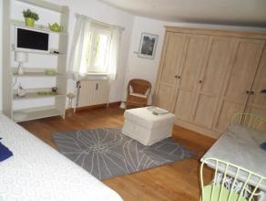 Instapklare gemeubelde studio bestaande uit een leefruimte met n bed, tafel, kast, TV, een ingerichte keuken en een aparte badkamer. Mogelijkheid om t