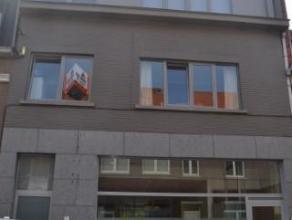 Appartement gelegen op de eerste verdieping van een klein gebouw. Bestaande uit een inkomhal met aparte w.c., leefruimte, volledig ingerichte keuken m