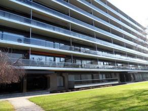 Appartement situ au 2me tage d'un immeuble bien entretenu. L'appartement se compose d'un hall d'entre avec dbarras, d'un beau living avec accs  une te
