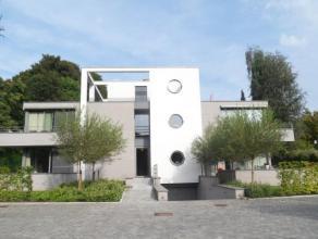 Appartement gelegen op de 1ste verdieping van een klein rustig gebouw op wandelafstand van het centrum van Meise. Bestaande uit een inkomhall met apar
