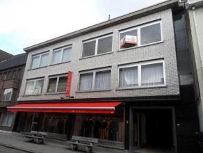 Appartement op de2e verdieping bestaande uit inkomhall (+/- 9m²), aparte w.c. , living, (+/- 34m²), keuken (+/- 11m²), badkamer m