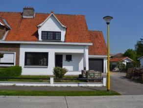 Volledige gerenoveerde woning bestaande op de gelijksvloer uit een inkomhal met toilet, leefruimte met veranda met zicht op de tuin, half-open keuken