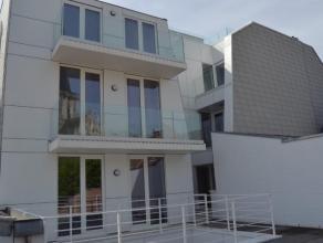 Appartement luxueux situé au premier étage dun petit immeuble avec ascenseur. Lappartement se compose dun hall dentrée, toilette