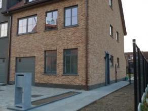 Prachtige nieuwbouw woning gelegen in een rustige wijk. De woning bestaat uit een ruime inkomhal met toegang tot het toilet, een wasruimte en een gara