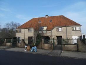 De woning bestaat in twee delen. De rechterkant bestaat uit een inkomhal, living op twee niveau's (37 m) met toegang tot een ruime veranda, open keuke