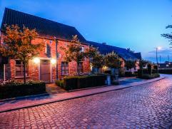 Uniek woonerf met een druk bezette B&B en 2 aanpalende woonhuizen.  (bouwjaar 2006). Gunstige ligging op slechts 10 min van Leuven en 20 min van