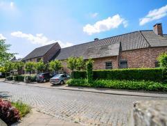 Deze prachtige woning is uiterst gunstig gelegen nabij het centrum van Haasrode. De woning heeft een slaapkamer met eigen dressing op het gelijkvloer