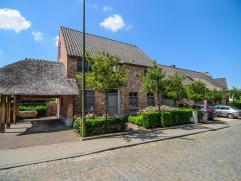 Deze prachtige woning is zeer idyllisch gelegen nabij centrum Haasrode. De inkomhal geeft toegang tot de bureauruimte en de woonruimte. De woonruimte
