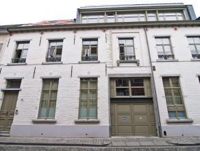 Het appartement is gelegen in een rustige straat dichtbij de oude markt, delhaize, school,... Bevattende een inkomhal met ingebouwde vestiairekast. E