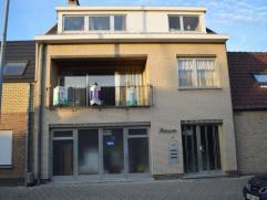 Verrassend ruime woning met grote garage, mogelijkheid tot zes slaapkamers, twee badkamers en twee keukens te Sint-Kruis. Deze woning is ideaal als ka