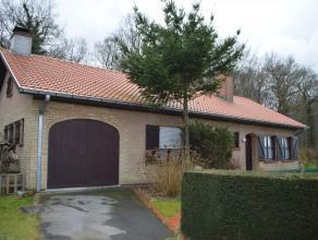 Deze gelijkvloerse woning is gelegen op het einde van een rustige doodlopende straat, naast het groen en bos en nabij hartje Sint-Andries. Op het geli